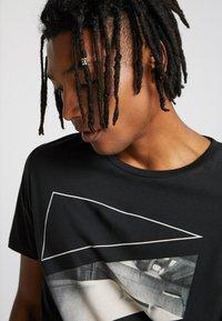 Jack & Jones - JCOAUTUMN TEE CREW NECK  - T-shirts print - black - 3
