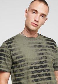 Jack & Jones - JORPLOP TEE CREW NECK - Print T-shirt - dusty olive - 4