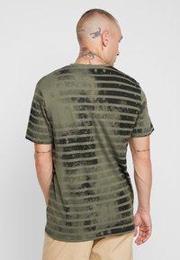Jack & Jones - JORPLOP TEE CREW NECK - Print T-shirt - dusty olive - 2