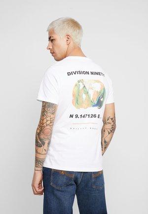 JCOGRAPHIC TEE CREW NECK - Print T-shirt - white