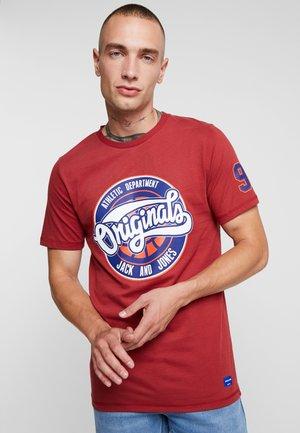 JORPLAYS TEE CREW NECK - T-shirt z nadrukiem - brick red