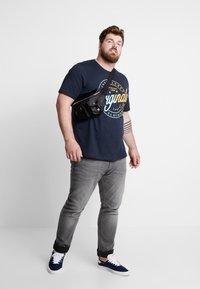 Jack & Jones - JORNEWRIVAL TEE CREW NECK - T-shirt z nadrukiem - total eclipse - 1
