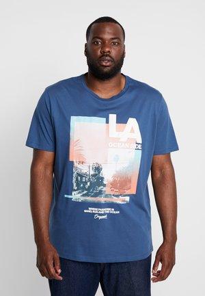 JOROCEANSIDE TEE CREW NECK - T-shirt z nadrukiem - ensign blue