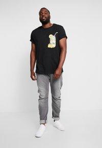 Jack & Jones - JORMELTING TEE CREW NECK - T-shirt med print - black - 1