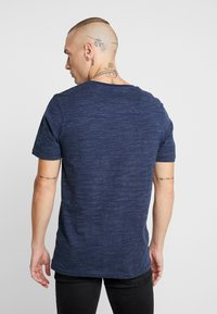 Jack & Jones - JCOANDERS TEE CREW NECK SLIM FIT - T-shirt print - maritime blue - 2