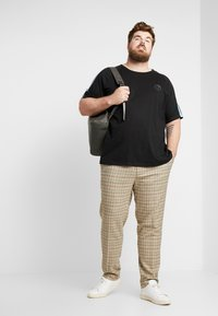 Jack & Jones - JCOPALM TEE CREW NECK - T-shirt med print - black - 1