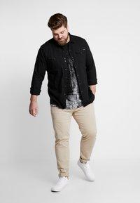 Jack & Jones - JCOVAL TEE CREW NECK   - Print T-shirt - tap shoe - 1
