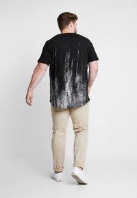 Jack & Jones - JCOVAL TEE CREW NECK   - Print T-shirt - tap shoe - 2