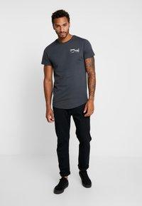 Jack & Jones - JCORICK TEE CREW NECK - Camiseta estampada - asphalt - 1