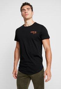 Jack & Jones - JCORICK TEE CREW NECK - T-Shirt print - black - 2