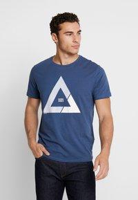 Jack & Jones - JCOQUICK TEE CREW NECK  - T-shirt print - ensign blue - 0