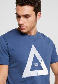 Jack & Jones - JCOQUICK TEE CREW NECK  - T-shirt print - ensign blue - 3