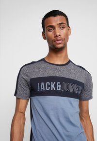 Jack & Jones - JCOTEMP TEE CREW NECK - T-shirt print - china blue - 4
