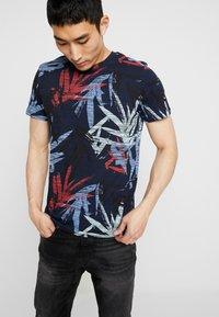 Jack & Jones - JORKALEX TEE CREW NECK - T-shirt med print - navy - 0