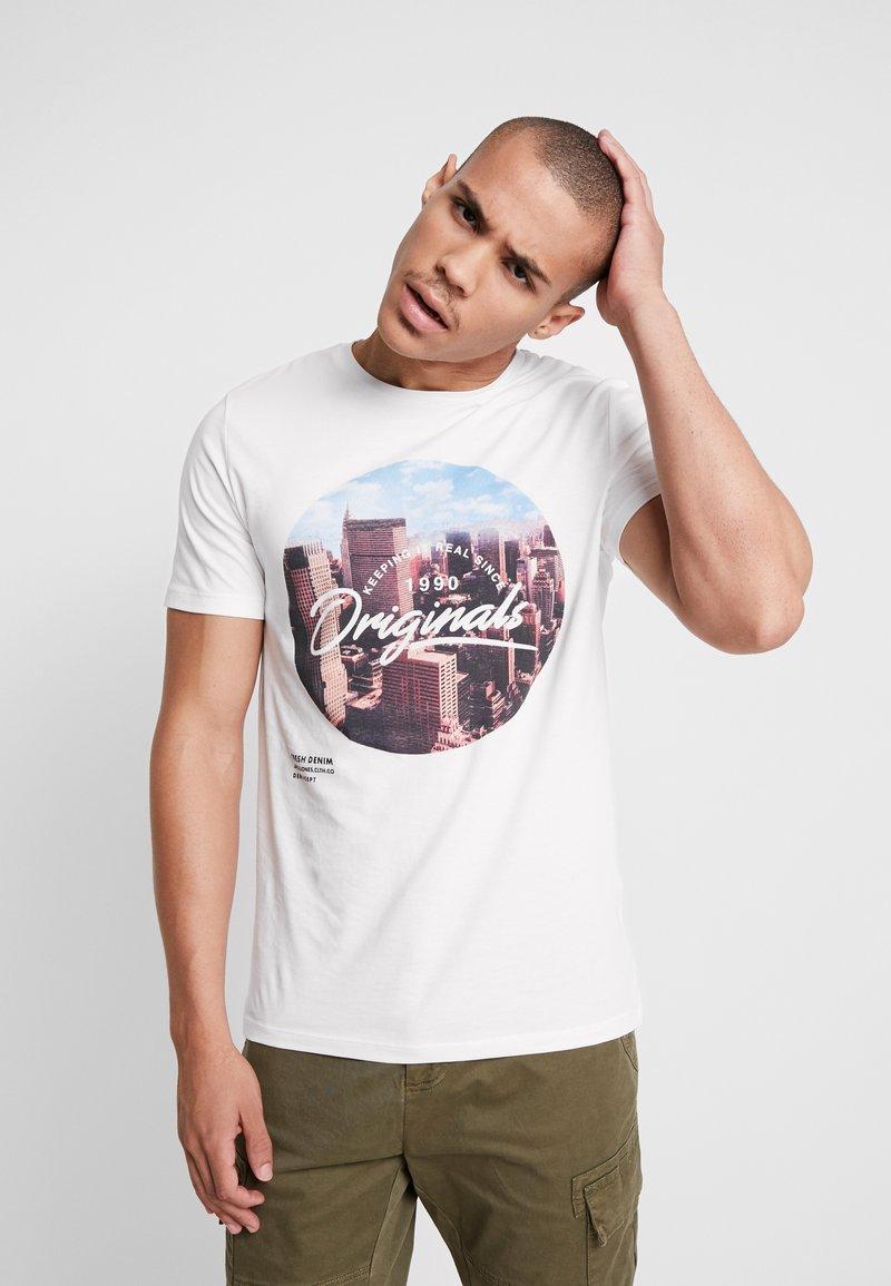 Jack & Jones - JORUPTOWN TEE CREW NECK - T-Shirt print - cloud dancer