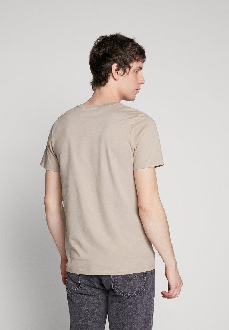 Jack & Jones JJEORGANIC BASIC TEE - T-shirts - crockery