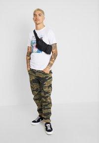 Jack & Jones - JCOLLOYD TEE CREW NECK SLIM FIT - Print T-shirt - white - 1