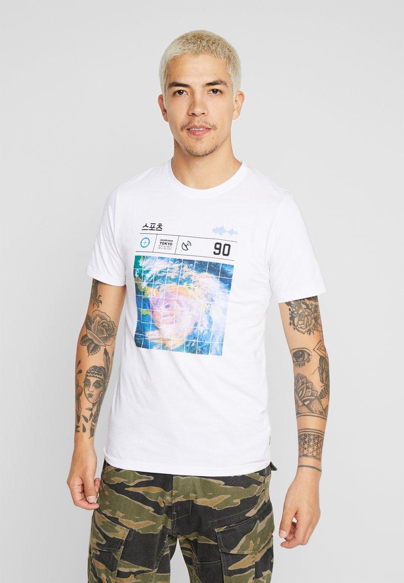 Jack & Jones - JCOLLOYD TEE CREW NECK SLIM FIT - Print T-shirt - white