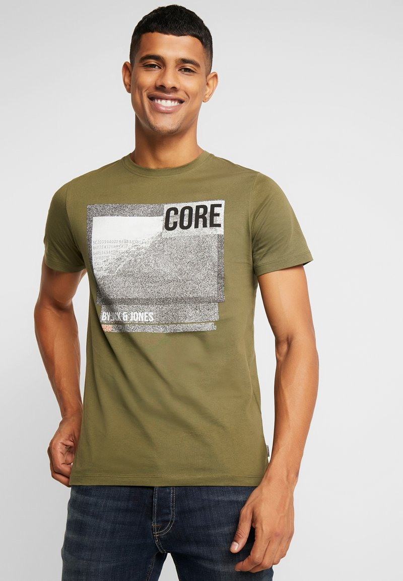 Jack & Jones - JCOFORT TEE CREW NECK SLIM FIT - T-shirt med print - winter moss