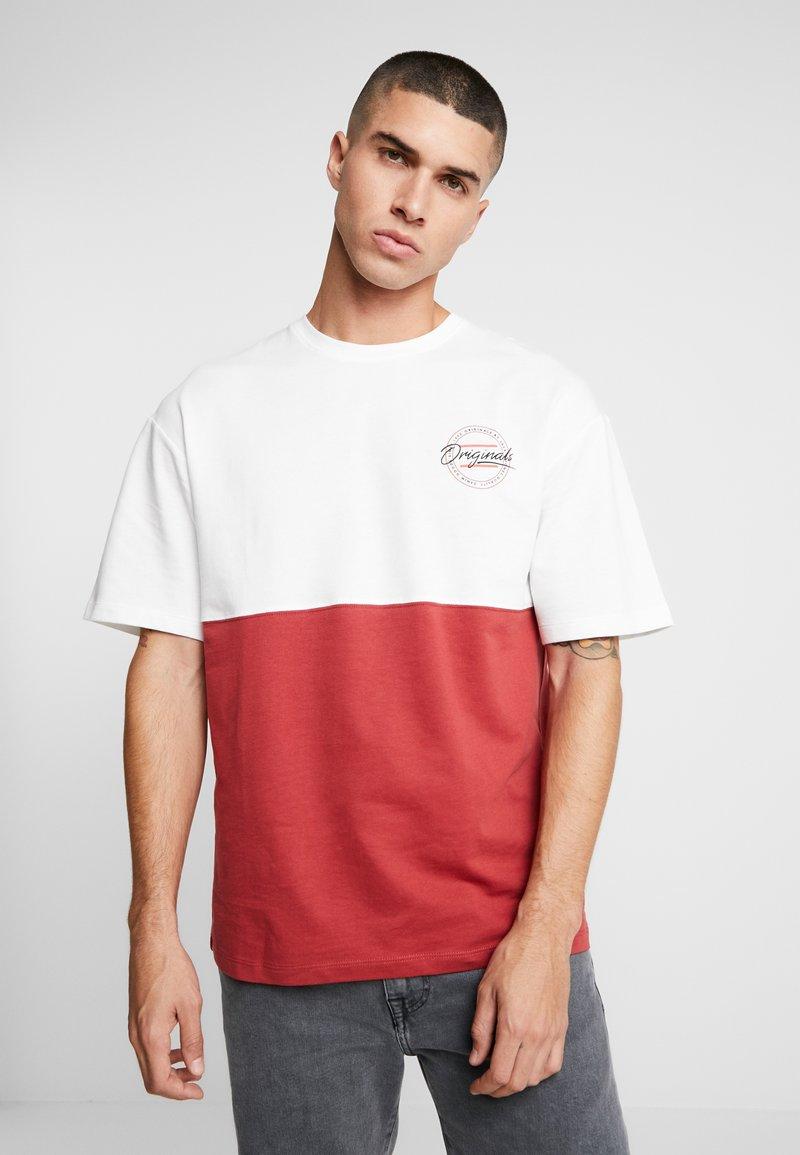 Jack & Jones - JORWILLEM TEE  - Print T-shirt - brick red