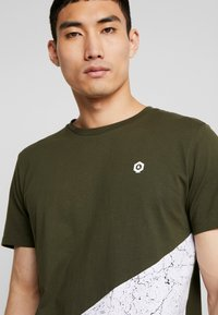 Jack & Jones - JCOCREDENCE TEE CREW NECK - T-Shirt print - forest night - 4