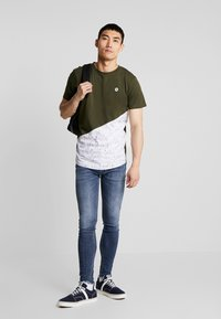 Jack & Jones - JCOCREDENCE TEE CREW NECK - T-shirts med print - forest night - 1