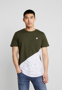 Jack & Jones - JCOCREDENCE TEE CREW NECK - T-Shirt print - forest night - 0