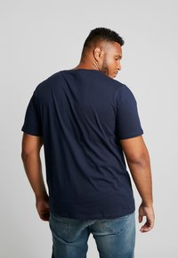Jack & Jones - JJEJEANS TEE CREW NECK - Print T-shirt - navy blazer - 2