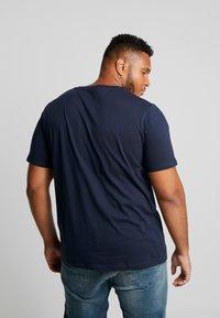 Jack & Jones - JJEJEANS TEE CREW NECK - T-shirt imprimé - navy blazer - 2