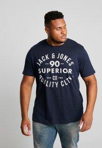 Jack & Jones - JJEJEANS TEE CREW NECK - T-shirt imprimé - navy blazer - 0