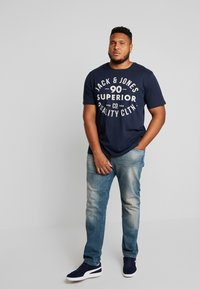 Jack & Jones - JJEJEANS TEE CREW NECK - Print T-shirt - navy blazer - 1