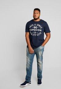 Jack & Jones - JJEJEANS TEE CREW NECK - T-shirt imprimé - navy blazer - 1