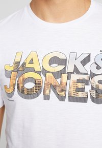 Jack & Jones - JCOMANALI TEE CREW NECK SLIM FIT - Triko spotiskem - white - 4