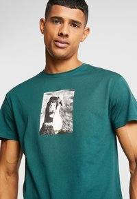 Jack & Jones - JORGILBERT ANIMAL TEE CREW NECK - Triko s potiskem - sea moss