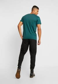 Jack & Jones - JORGILBERT ANIMAL TEE CREW NECK - Triko s potiskem - sea moss - 2