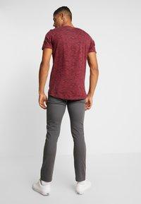 Jack & Jones - JORSPACEY TEE CREW NECK - Camiseta estampada - brick red - 2