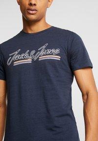 Jack & Jones - JORFRANCO TEE CREW NECK - T-shirt med print - navy blazer - 4