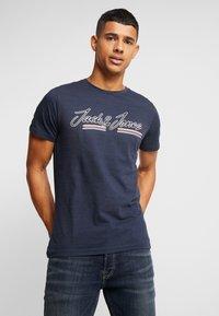 Jack & Jones - JORFRANCO TEE CREW NECK - T-shirt med print - navy blazer - 0