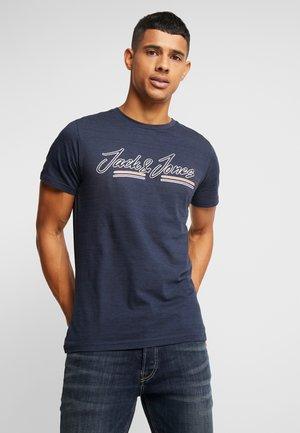JORFRANCO TEE CREW NECK - T-shirt z nadrukiem - navy blazer