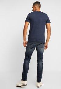 Jack & Jones - JORFRANCO TEE CREW NECK - T-shirt med print - navy blazer - 2