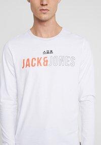 Jack & Jones - JCOMONDO TEE CREW NECK - Long sleeved top - white - 4