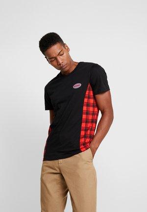 JORSVEN PANEL TEE - T-shirt con stampa - black/red