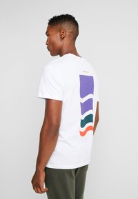 Jack & Jones - JORPATH TEE CREW NECK - T-shirt print - white - 2