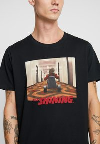 Jack & Jones - JORTHESHINING TEE CREW NECK - T-shirt med print - tap shoe - 4