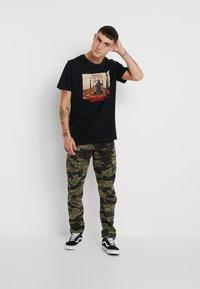 Jack & Jones - JORTHESHINING TEE CREW NECK - T-shirt med print - tap shoe - 1
