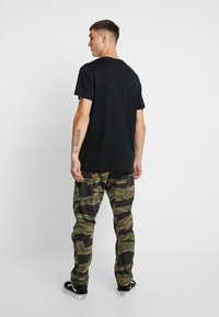 Jack & Jones - JORTHESHINING TEE CREW NECK - T-shirt med print - tap shoe - 2