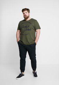 Jack & Jones - JORBASIC TEE 2-PACK PRINT COLOR - Jednoduché triko - forest night packed with total ecli - 1