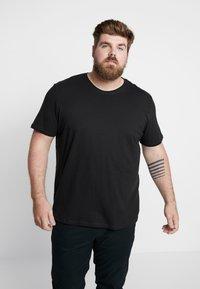 Jack & Jones - JORBASIC TEE CREW NECK 3 PACK - T-shirts - white/black/light grey melange - 2