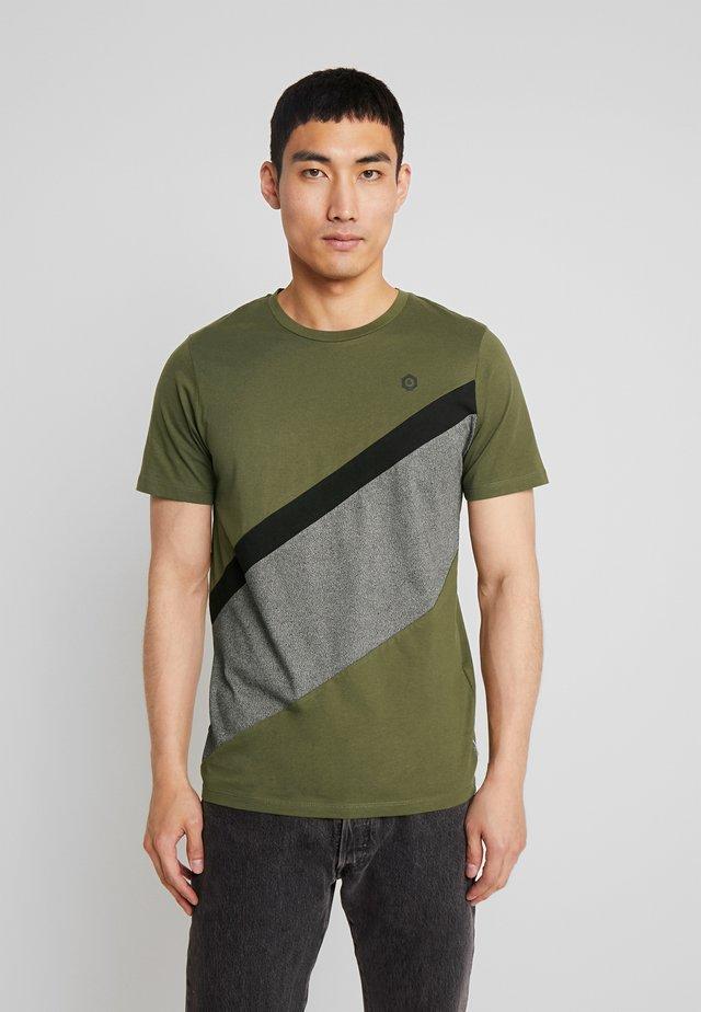 JCOCROSS  TEE CREW NECK SLIM - Print T-shirt - winter moss