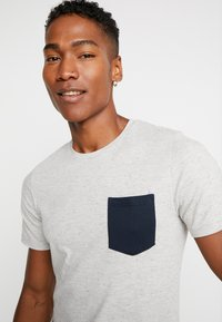 Jack & Jones - JORNEPSEN TEE CREW NECK - T-shirt med print - light grey melange - 4